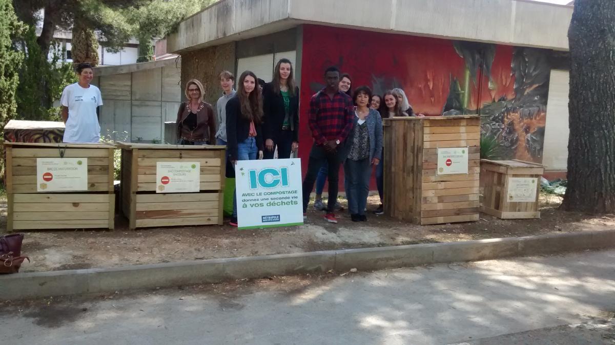 photo du site de composage collectif à Carlone (jardin) avec les bénévoles lors de l'installation